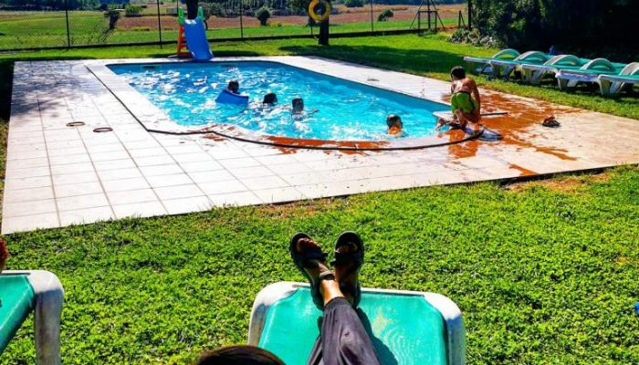 Clientes disfrutando de la estancia en la casa rural de Can Micos