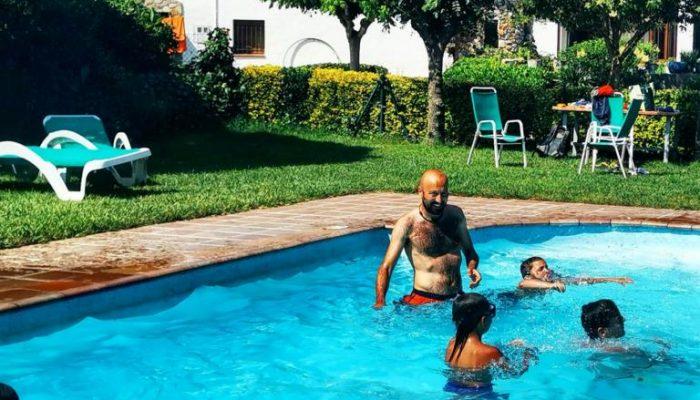 Clientes disfrutando de la piscina en la casa rural de Can Micos
