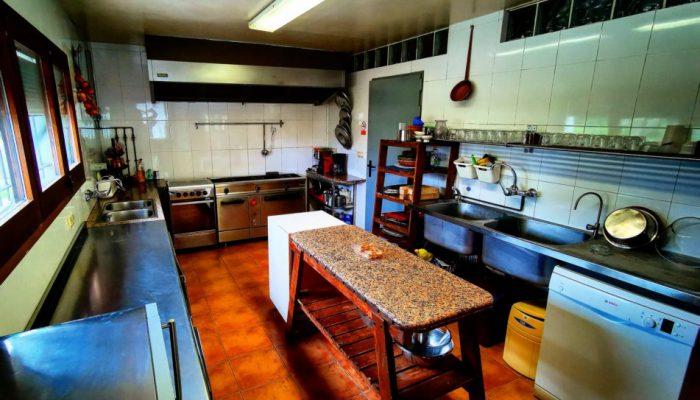 Cocina equipada de la casa rural para grupos en Girona