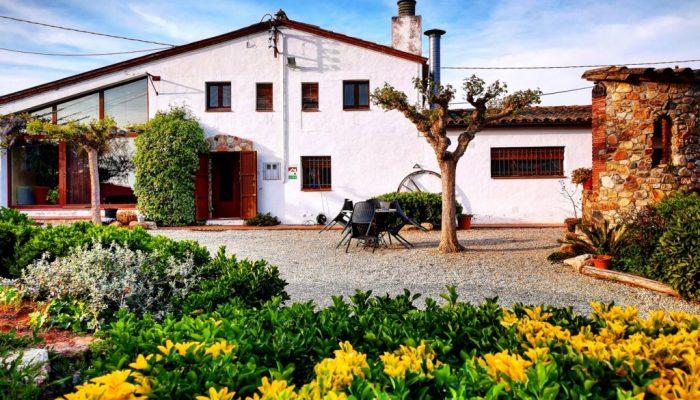 Fachada de la casa rural de Can Micos