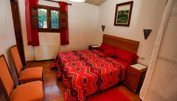 Habitación con baño abajo roja de Can Micos