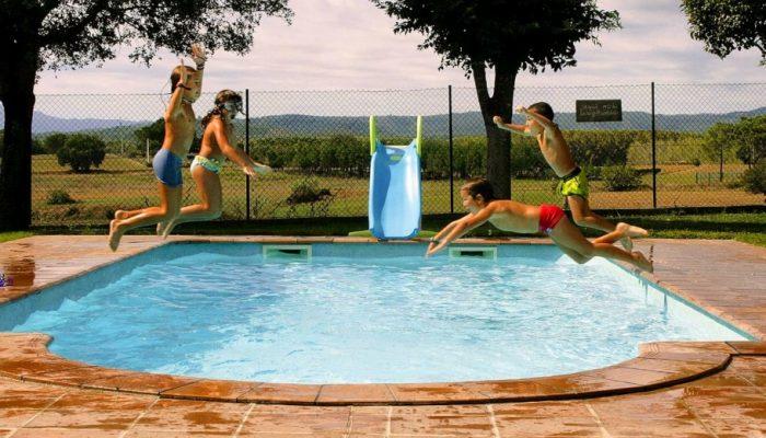 Niños disfrutando de la piscina de Can Micos en Girona