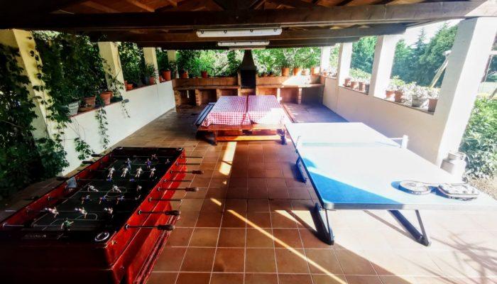 Ping pong y futbolin en la barbacoa cubierta de Can Micos